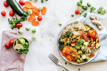 Stół wypełniony daniami z warzyw