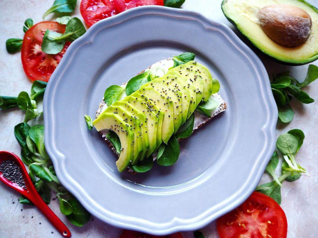 Przykładowe danie - Kanapka z pokrojonym awokado i dodatkami