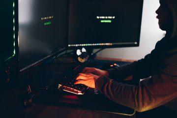 monitor w ciemnym pokoju, system zabezpieczony hasłem