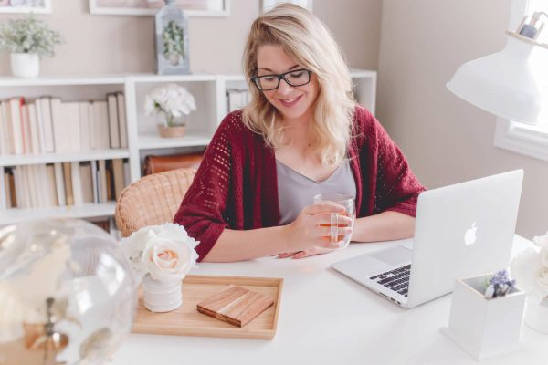 kobieta pracująca przy laptopie